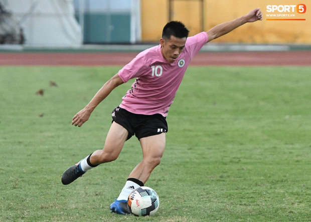 Đội trưởng Văn Quyết khuyên đàn em gặp rắc rối ngoài sân cỏ: Cầu thủ nổi tiếng dễ gặp chuyện không mong muốn, mình phải tập trung đá bóng - Ảnh 3.