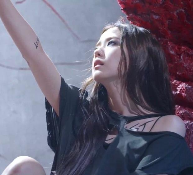 Giải mã How You Like That: 7 hình xăm bí ẩn trên người Jisoo, hành trình BLACKPINK thống trị thế giới và trở thành những Nữ thần Chiến thắng - Ảnh 4.