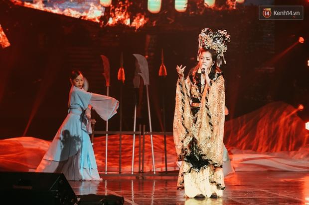 Chi Pu bị kề dao vào cổ nhưng vẫn live bình tĩnh, Nguyễn Trần Trung Quân hát opera nổi da gà, Erik bất ngờ song ca cùng Hoa hậu Tiểu Vy! - Ảnh 16.