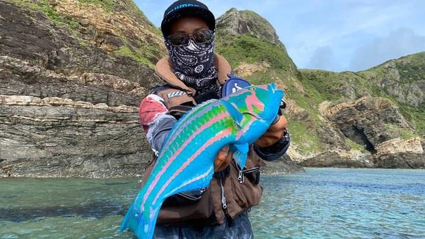 Khoe câu được cá đa sắc trông hệt như nhân vật trong phim Avatar, youtuber khiến MXH được một phen tranh cãi kịch liệt - Ảnh 1.