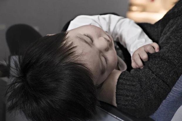Bé gái 3 tuổi có kinh nguyệt, bé trai 5 tuổi phát triển ngực: nguyên nhân đều do sự bất cẩn của mẹ - Ảnh 1.
