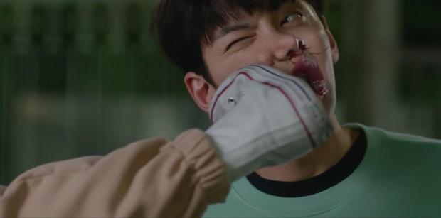 Chơi ngộ muốn thử tài tung cước của Kim Yoo Jung, Ji Chang Wook bị đá đến mất dạng ở tập 4 Backstreet Rookie - Ảnh 2.