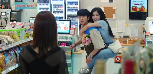 Chơi ngộ muốn thử tài tung cước của Kim Yoo Jung, Ji Chang Wook bị đá đến mất dạng ở tập 4 Backstreet Rookie - Ảnh 7.