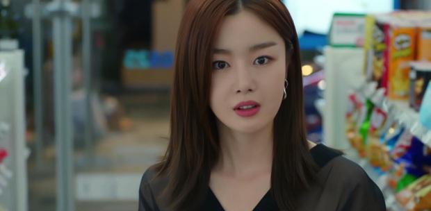 Chơi ngộ muốn thử tài tung cước của Kim Yoo Jung, Ji Chang Wook bị đá đến mất dạng ở tập 4 Backstreet Rookie - Ảnh 8.