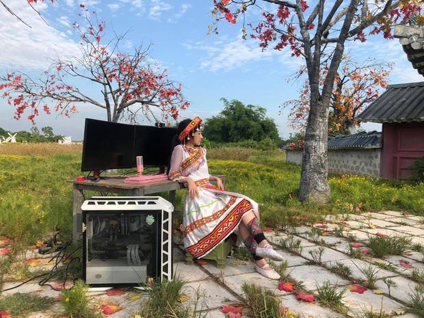 Nữ streamer chơi trội, xách hẳn dàn máy ra giữa đồng stream trong cái nắng gay gắt hơn 40 độ ở Hà Nội - Ảnh 1.