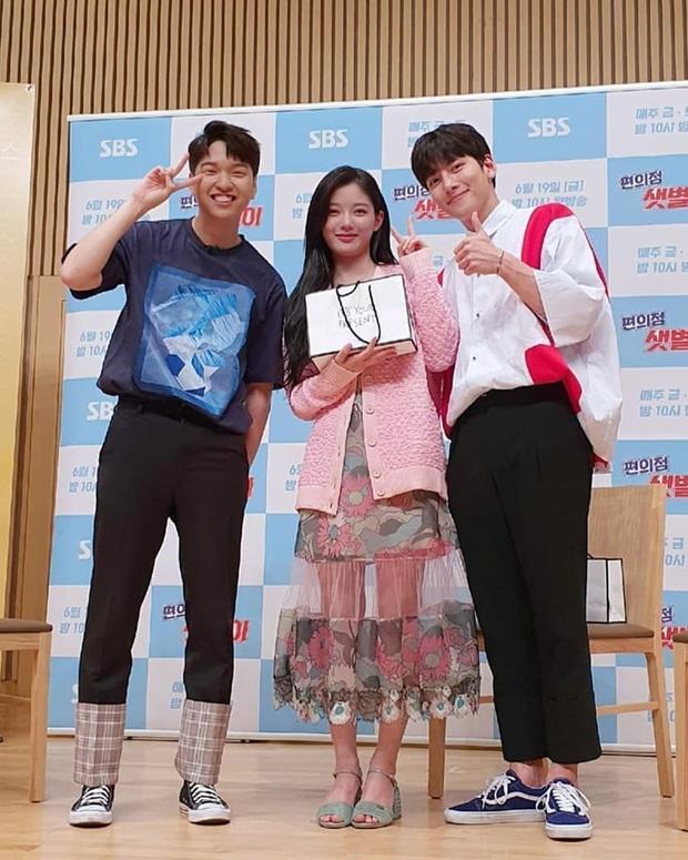 Đụng hàng các chị đẹp, sao nhí lột xác mỹ nhân Kim Yoo Jung kém sang hơn hẳn chỉ vì đôi sandal sai trái - Ảnh 3.