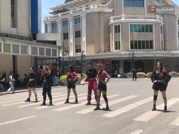 Nhanh như chớp: Đã có nhóm nhảy dance cover How You Like That của BLACKPINK trên phố đi bộ, bất chấp nắng nóng kinh hoàng tại Hà Nội! - Ảnh 3.