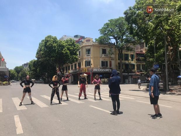 Nhanh như chớp: Đã có nhóm nhảy dance cover How You Like That của BLACKPINK trên phố đi bộ, bất chấp nắng nóng kinh hoàng tại Hà Nội! - Ảnh 4.