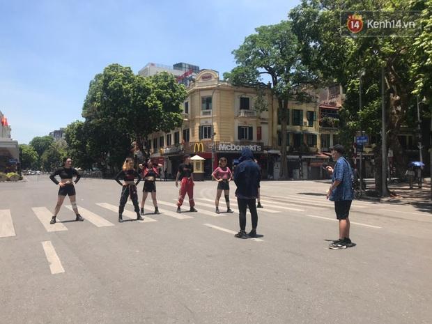 Nhanh như chớp: Đã có nhóm nhảy dance cover How You Like That của BLACKPINK trên phố đi bộ, bất chấp nắng nóng kinh hoàng tại Hà Nội! - Ảnh 5.