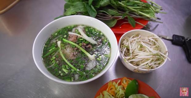Quỳnh Anh Shyn vào Sài Gòn review 3 bát phở giá từ rẻ tới đắt nhất, fan tinh ý nhận ra một thói quen khó sửa của cô nàng trong video - Ảnh 2.