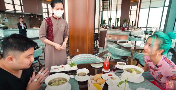 Quỳnh Anh Shyn vào Sài Gòn review 3 bát phở giá từ rẻ tới đắt nhất, fan tinh ý nhận ra một thói quen khó sửa của cô nàng trong video - Ảnh 9.