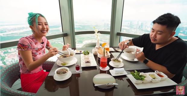 Quỳnh Anh Shyn vào Sài Gòn review 3 bát phở giá từ rẻ tới đắt nhất, fan tinh ý nhận ra một thói quen khó sửa của cô nàng trong video - Ảnh 10.