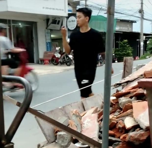 Xôn xao clip nghi vấn Hoài Lâm đi bán cafe vỉa hè kiếm tiền mưu sinh ở quê - Ảnh 4.