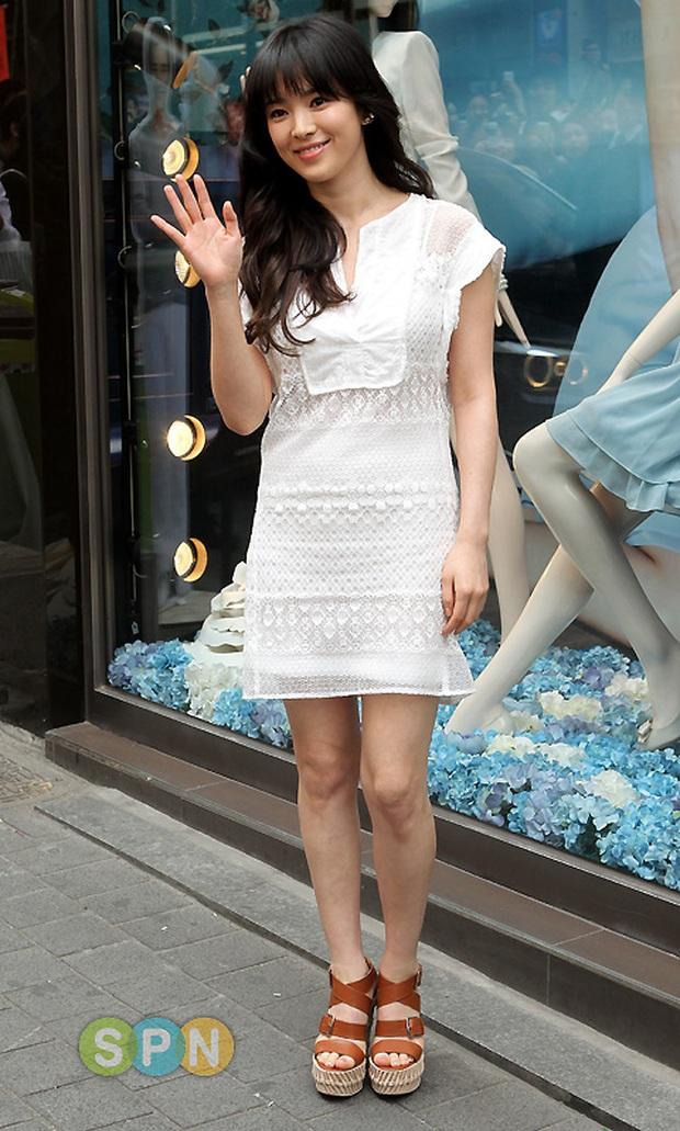 Rút kinh nghiệm từ Song Hye Kyo, chị em sẽ biết mẫu giày nào nên - không nên diện nếu chân ngắn và thô - Ảnh 1.