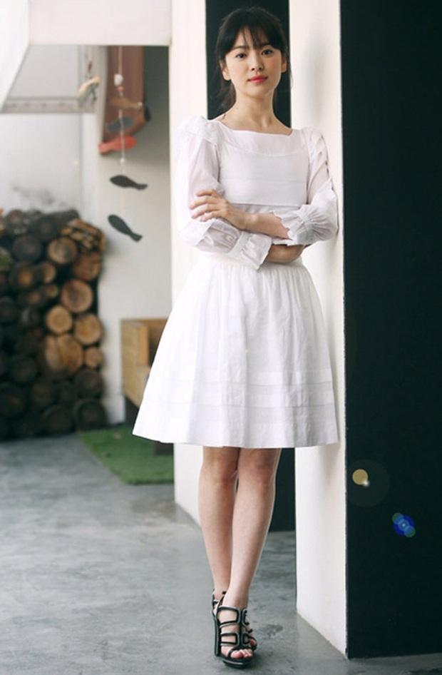 Rút kinh nghiệm từ Song Hye Kyo, chị em sẽ biết mẫu giày nào nên - không nên diện nếu chân ngắn và thô - Ảnh 3.