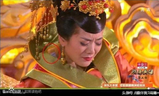 Coi mà tức với loạt lỗi trang phục ở phim Trung: Kéo tới pha rách áo của Địch Lệ Nhiệt Ba mà quạu á! - Ảnh 3.