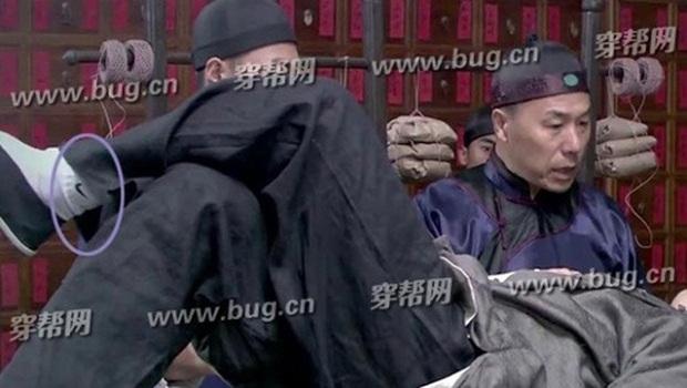 Coi mà tức với loạt lỗi trang phục ở phim Trung: Kéo tới pha rách áo của Địch Lệ Nhiệt Ba mà quạu á! - Ảnh 16.