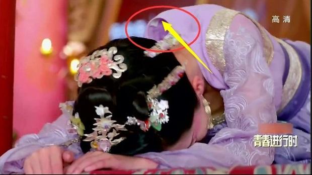 Coi mà tức với loạt lỗi trang phục ở phim Trung: Kéo tới pha rách áo của Địch Lệ Nhiệt Ba mà quạu á! - Ảnh 4.