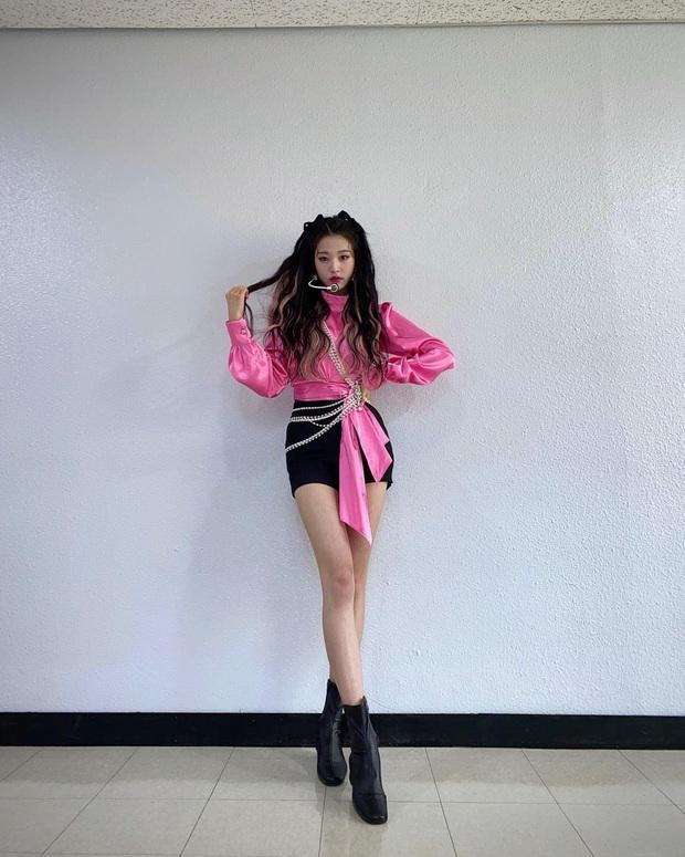 Chỉ với 2 ảnh hậu trường, nữ idol sinh năm 2004 đã khiến Knet khó tính phải thốt lên: Đúng là sinh ra để làm người nổi tiếng! - Ảnh 3.
