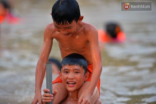 Những pha bật san tô và đùa nghịch với nước của lũ trẻ trong ngày nắng nóng đỉnh điểm - Ảnh 7.