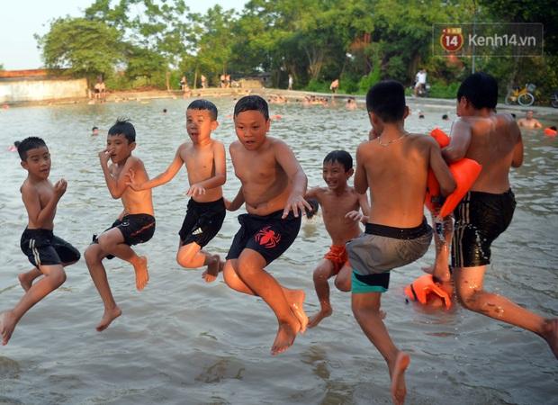 Những pha bật san tô và đùa nghịch với nước của lũ trẻ trong ngày nắng nóng đỉnh điểm - Ảnh 4.