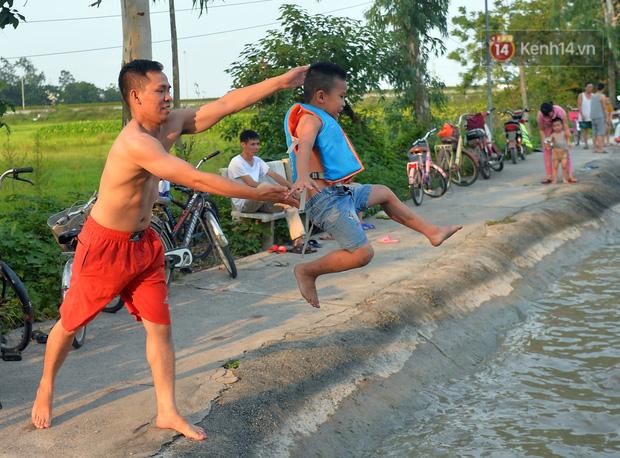 Những pha bật san tô và đùa nghịch với nước của lũ trẻ trong ngày nắng nóng đỉnh điểm - Ảnh 9.
