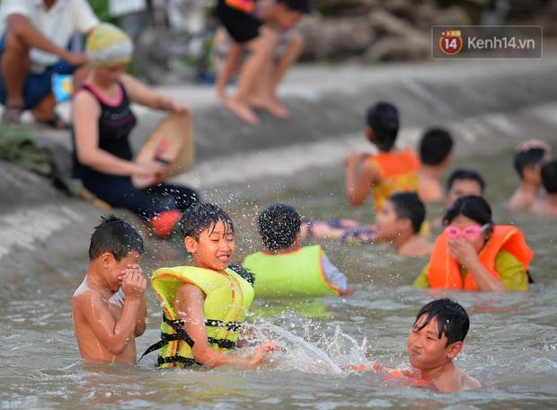 Những pha bật san tô và đùa nghịch với nước của lũ trẻ trong ngày nắng nóng đỉnh điểm - Ảnh 8.