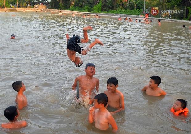 Những pha bật san tô và đùa nghịch với nước của lũ trẻ trong ngày nắng nóng đỉnh điểm - Ảnh 10.