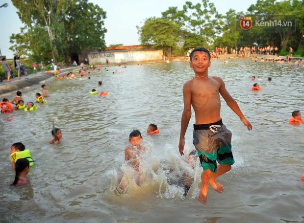 Những pha bật san tô và đùa nghịch với nước của lũ trẻ trong ngày nắng nóng đỉnh điểm - Ảnh 14.
