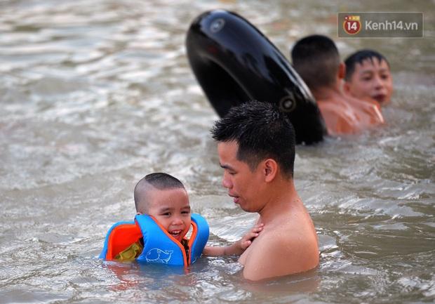 Những pha bật san tô và đùa nghịch với nước của lũ trẻ trong ngày nắng nóng đỉnh điểm - Ảnh 6.