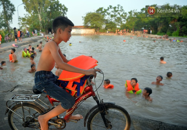 Những pha bật san tô và đùa nghịch với nước của lũ trẻ trong ngày nắng nóng đỉnh điểm - Ảnh 2.