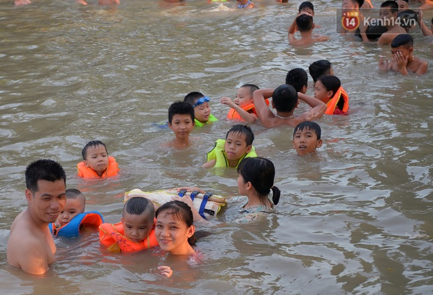 Những pha bật san tô và đùa nghịch với nước của lũ trẻ trong ngày nắng nóng đỉnh điểm - Ảnh 12.