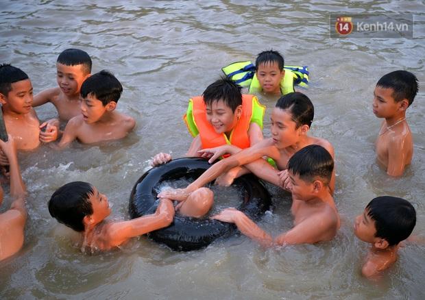 Những pha bật san tô và đùa nghịch với nước của lũ trẻ trong ngày nắng nóng đỉnh điểm - Ảnh 11.
