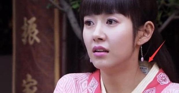 Coi mà tức với loạt lỗi trang phục ở phim Trung: Kéo tới pha rách áo của Địch Lệ Nhiệt Ba mà quạu á! - Ảnh 6.