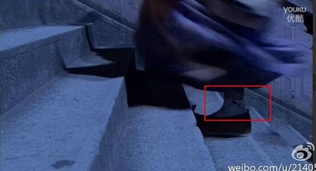 Coi mà tức với loạt lỗi trang phục ở phim Trung: Kéo tới pha rách áo của Địch Lệ Nhiệt Ba mà quạu á! - Ảnh 17.