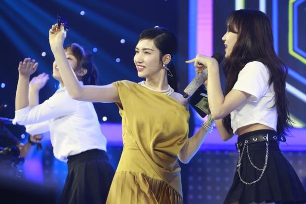 Hòa Minzy cầm tiền đi đường quyền khi chọn nhầm thí sinh ở Giọng ải giọng ai - Ảnh 4.