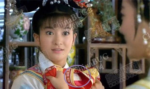 Coi mà tức với loạt lỗi trang phục ở phim Trung: Kéo tới pha rách áo của Địch Lệ Nhiệt Ba mà quạu á! - Ảnh 8.