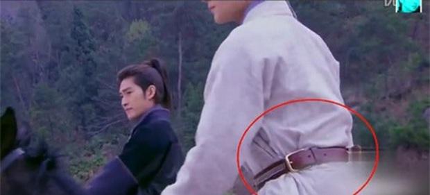 Coi mà tức với loạt lỗi trang phục ở phim Trung: Kéo tới pha rách áo của Địch Lệ Nhiệt Ba mà quạu á! - Ảnh 18.