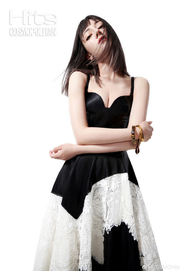 Đụng váy với Jennie, Địch Lệ Nhiệt Ba bất ngờ lấn lướt ở khoản sexy nhờ khéo tạo dáng khoe vòng 1 căng tràn - Ảnh 3.