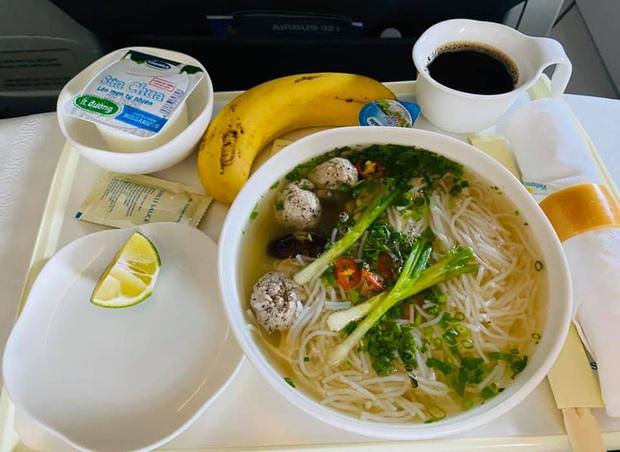 Vietnam Airlines vừa mới đưa món bún bình dân này vào bữa ăn trên máy bay, gia vị đi kèm cũng thân thiện không kém được Shark Hưng khen không ngớt lời - Ảnh 1.