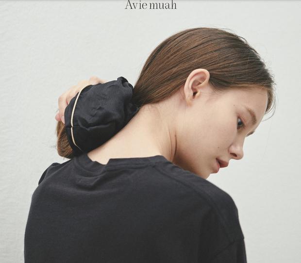Thành viên nhóm Davichi mở thương hiệu riêng, bị chỉ trích vì đồ quá đắt: Chun buộc tóc vải giá sương sương 1,1 triệu - Ảnh 4.