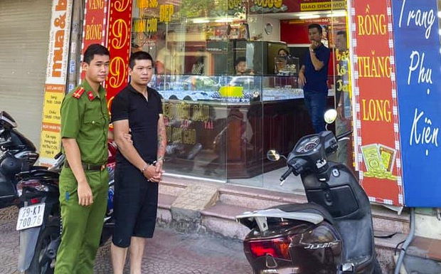 Vụ cướp tiệm vàng, đâm người truy đuổi ở Hà Nội: Nam sinh viên bị đâm phải phẫu thuật phổi, bỏ lỡ kỳ thi tốt nghiệp - Ảnh 1.