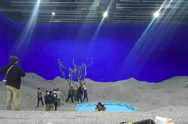Choáng ngợp với hậu trường MV mới đẹp mê hồn của BTS, thung lũng hoa ảo tung chảo hoá ra được thực hiện từ... bìa cacton? - Ảnh 4.