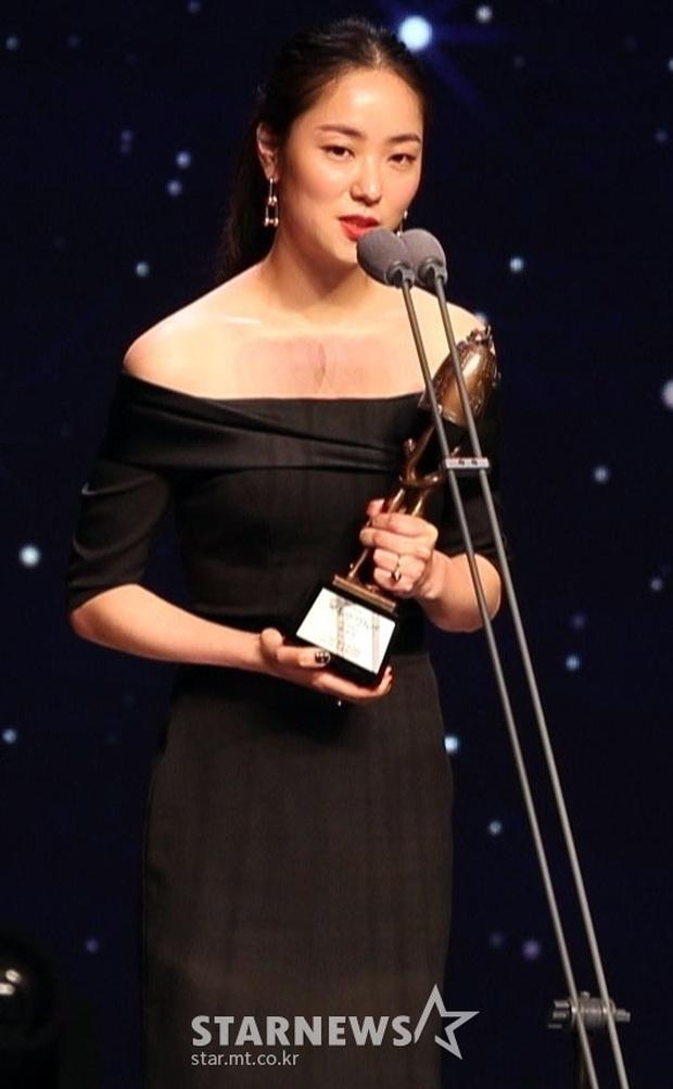 Toàn cảnh Oscar Hàn Quốc lần thứ 56: Parasite thắng lớn nhưng vẫn thua Lee Byung Hun ở hạng mục cực quan trọng - Ảnh 20.