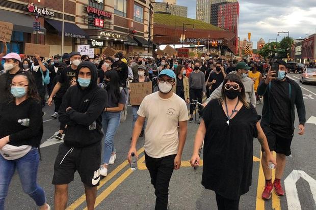 Toàn cảnh nước Mỹ bước vào đêm thứ 8 không ngủ: Làn sóng biểu tình tiếp tục đòi công bằng cho George Floyd và kêu gọi người da đen đáng được sống - Ảnh 11.