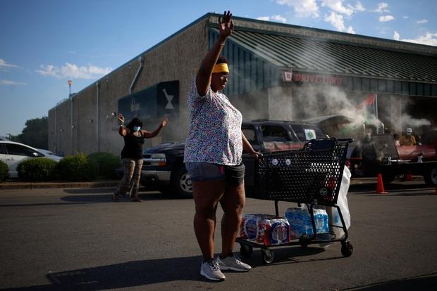 Toàn cảnh nước Mỹ bước vào đêm thứ 8 không ngủ: Làn sóng biểu tình tiếp tục đòi công bằng cho George Floyd và kêu gọi người da đen đáng được sống - Ảnh 17.