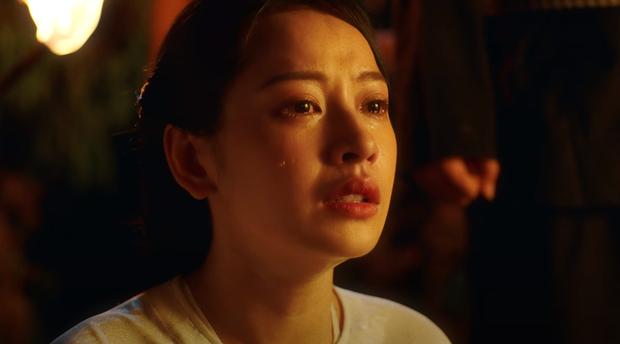 Chi Pu hóa thân thành nghệ sĩ cải lương, bất lực nhìn Ngọc Trinh và Quang Sự chết cháy giữa dòng sông trong MV Cung Đàn Vỡ Đôi - Ảnh 8.