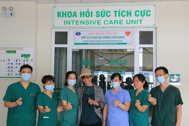 Bác gái bệnh nhân 17 xuất viện về TP.HCM sau gần 3 tháng điều trị Covid-19 - Ảnh 2.