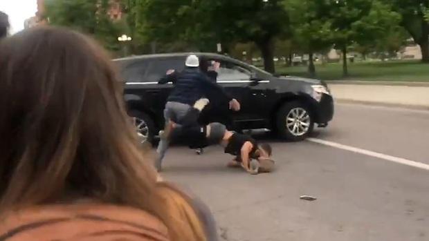 Ô tô lao thẳng vào cảnh sát ngăn chặn bạo loạn ở New York khiến 2 người bị thương, thị trưởng đau xót: Tôi biết người ta đang tức giận và đau đớn... - Ảnh 4.
