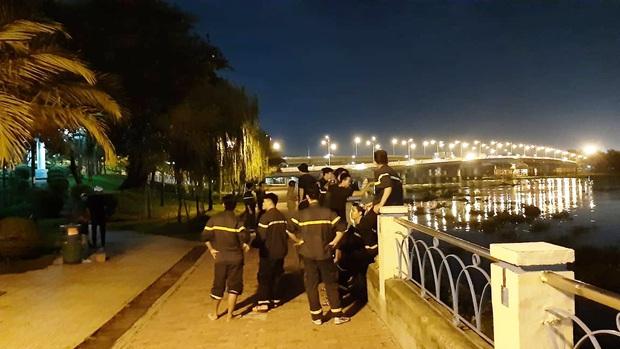 TP. HCM: Nam sinh trường Hutech để lại balo và đôi dép rồi nhảy cầu Bình Triệu tự tử - Ảnh 2.